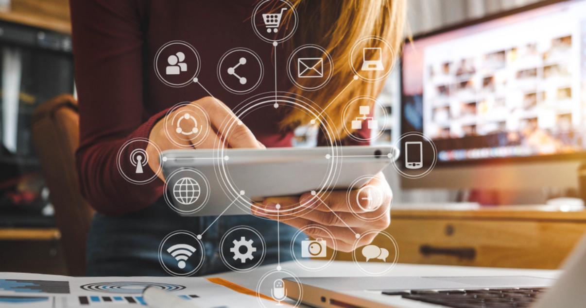 Agente inmobiliario trabajando con computadora portátil, tablet y teléfono inteligente de forma remota utilizando las tendencias de marketing inmobiliario past pandemia