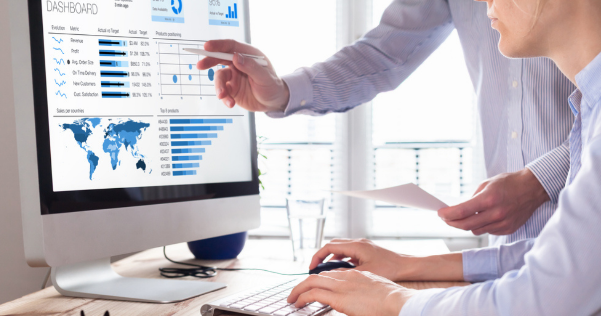 Agentes analizando los datos obtenidos de plataformas digitales para elaborar su consumidor inmobiliario