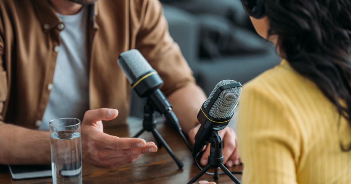 Agentes grabando su podcast Inmobiliario para su empresa en la oficina.