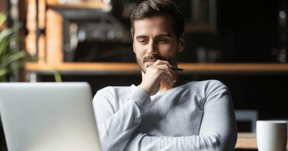 Persona utilizando computadora viendo la automatización de su estrategia de marketing