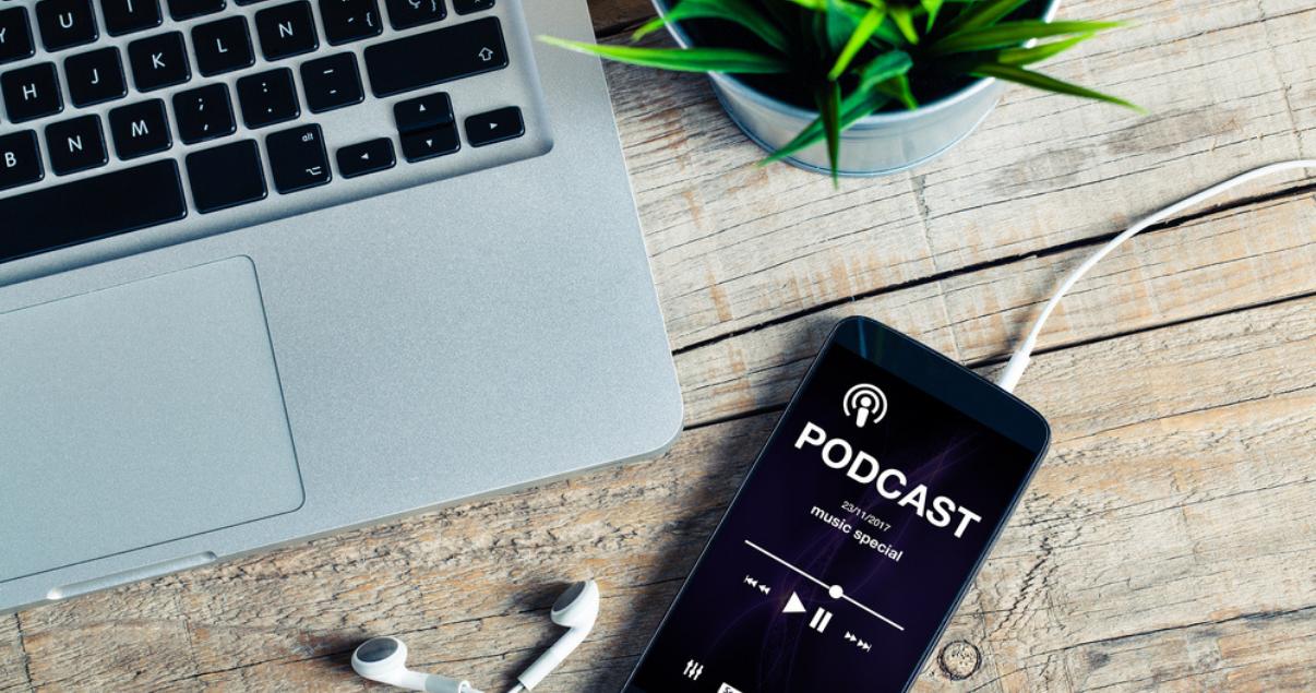 Teléfono inteligente capaz de producir los podcast inmobiliarios gracias a su conexión a internet.