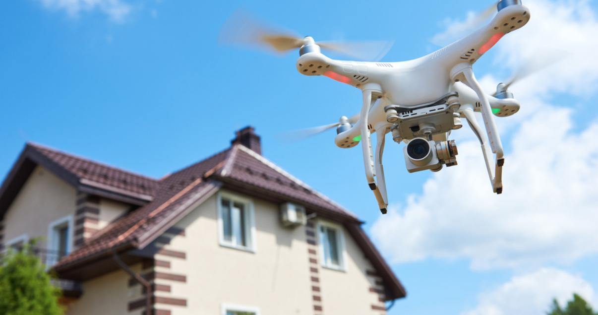 Uso de nueva tecnología inmobiliaria con drone sobrevolando propiedad grabando video para el marketing digital