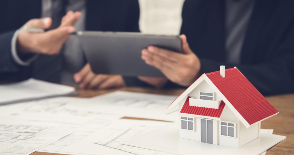 Agente inmobiliario con el cliente discutiendo los aspectos de como hacer una tasacion inmobiliaria