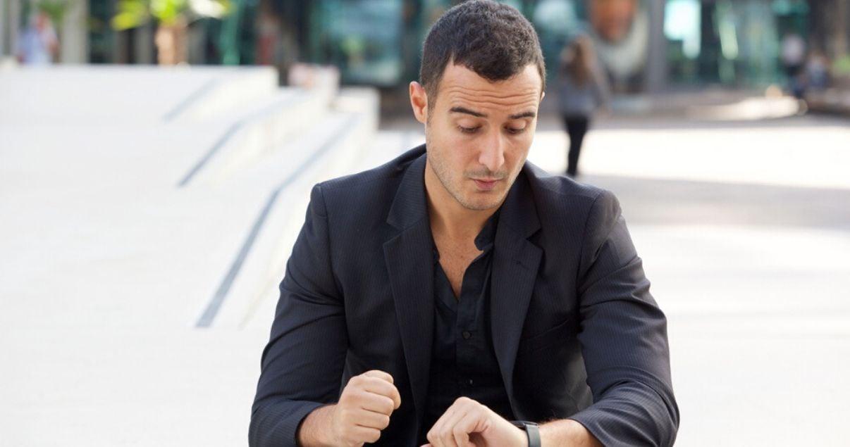 Hombre recibiendo un mal servicio al cliente ya que esta esperando