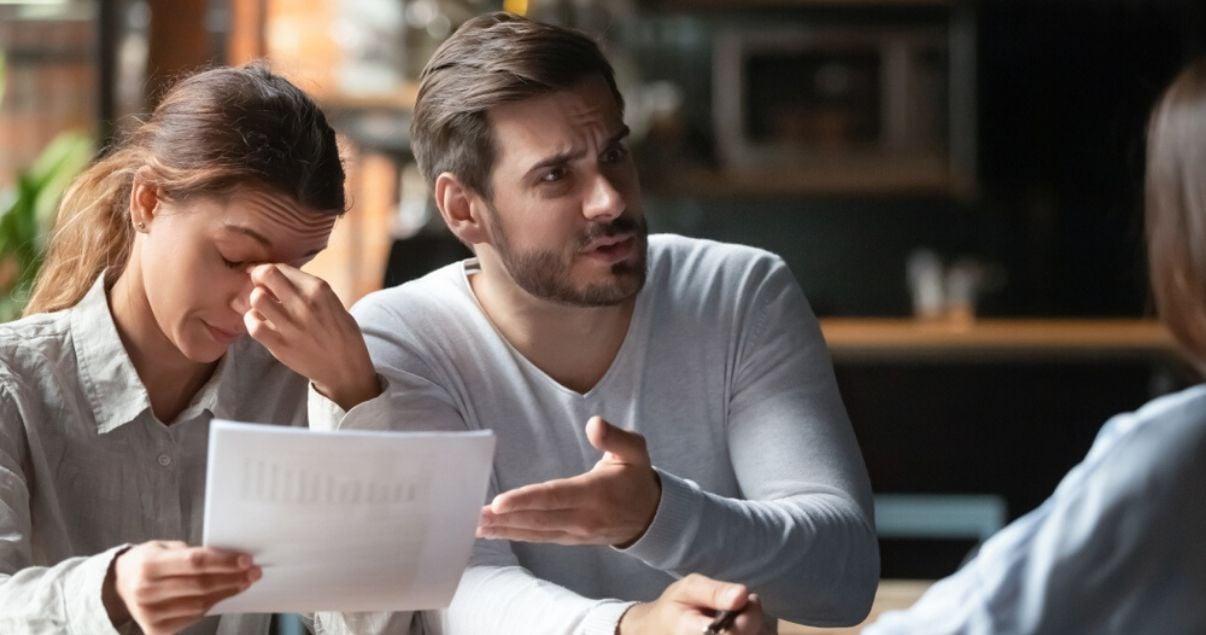 pareja frustrada por un mal servicio al cliente