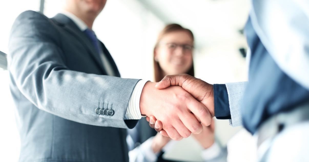 Los empresarios se dan la mano y terminan una reunión