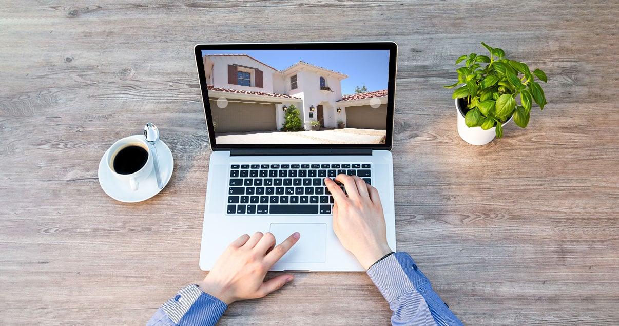 Una persona mirando una propiedad en su computadora